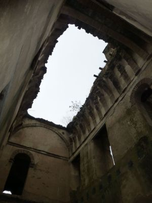 The sky through the ruins